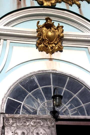 Goldene Dekoration über dem Eingang zur Kirche №41440