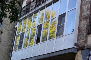 Старый балкон  застекленный пластиком №41681