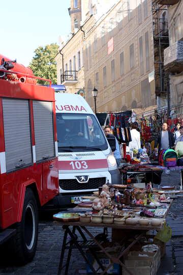 Krankenwagen und Feuerwehrauto in einer Fußgängerzone №41538