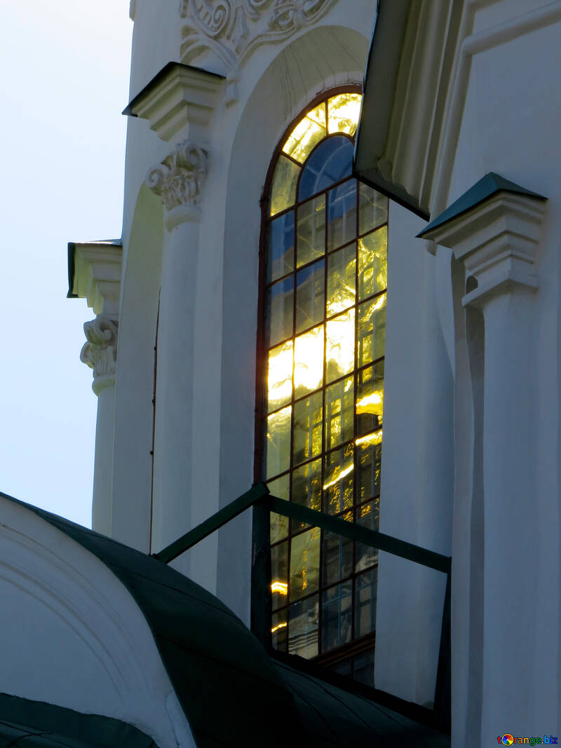 The sun is reflected in the glasses of the cathedral №41136