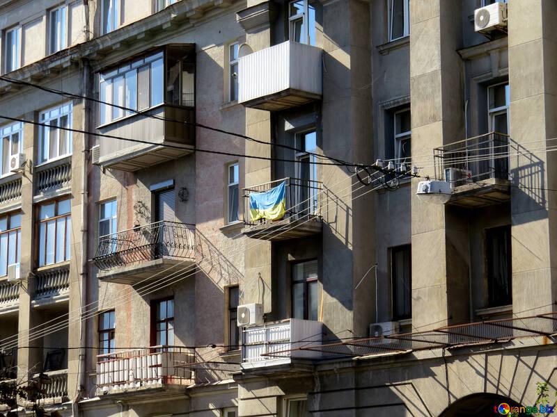 Altes Gebäude mit Balkonen und einer Flagge №41018