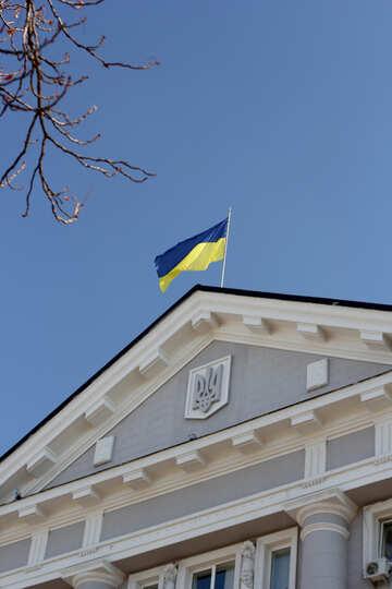Flagge der Ukraine über den Bau №42034