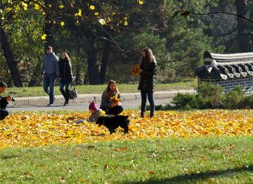 Die Menschen gehen im Herbst Garten №42221