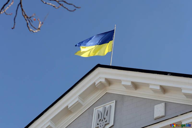Flagge der Ukraine über den Bau №42032