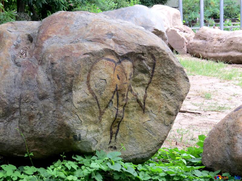 La figura de un elefante en una piedra №45069