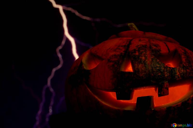 Halloween-Kürbis auf dem Hintergrund der Blitz №46187