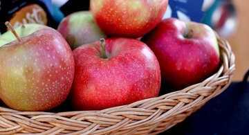 Apples on a wicker plate №47372
