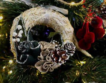 Christmas wreath decoration on a Christmas tree №47828