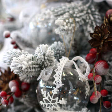Weihnachten Spielzeug auf einem weißen Weihnachtsbaum №47775