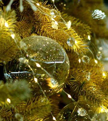 Glas Weihnachtskugel auf einem Zweig eines Weihnachtsbaums №47717