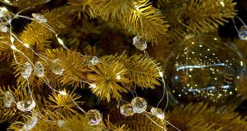 Weihnachtskugel aus Glas und einem Kranz auf einem Weihnachtsbaum №47566
