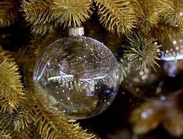 Perline di vetro e una ghirlanda di luci sull`albero di Natale №47720