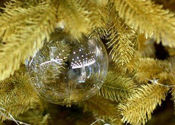 Glasperlen und ein Kranz von Lichtern am Weihnachtsbaum №47721