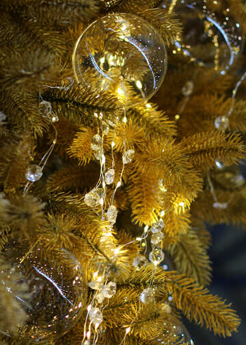 Glass beads and a garland of lights on the Christmas tree №47733