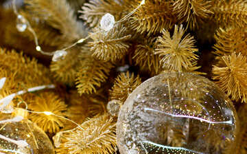 Glass beads and a garland of lights on the Christmas tree №47731