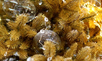 Glass beads and a garland of lights on the Christmas tree №47732