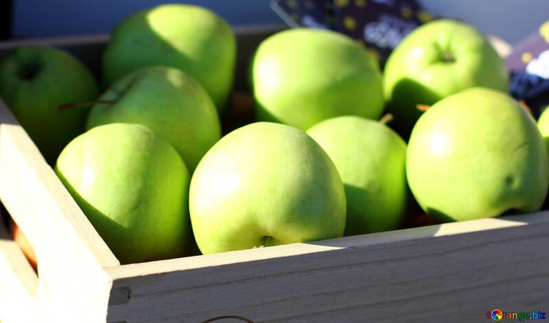 Manzanas verdes en una caja de madera №47366