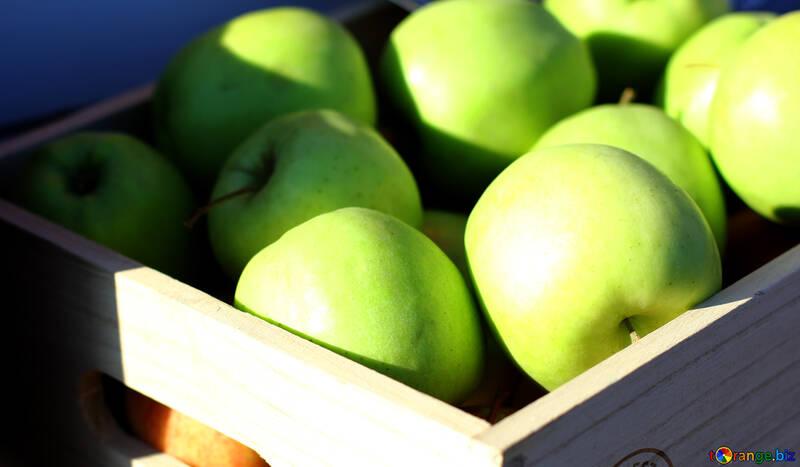 Manzanas verdes en una caja de madera №47367