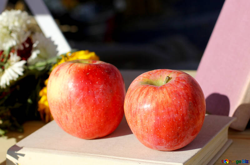 Manzanas en una placa de mimbre №47371