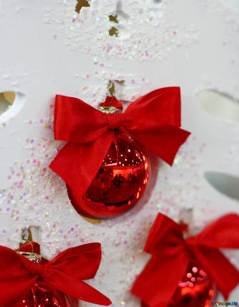 Красные новогодние шарики на белой елке №47695