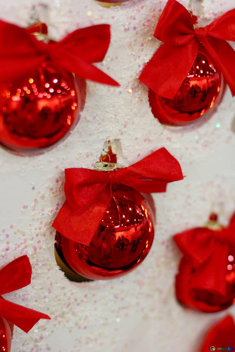 Красные новогодние шарики на белой елке №47697