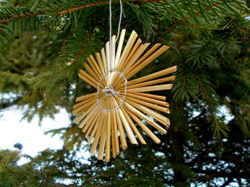 Snowflakes from straw on a Christmas tree №48537