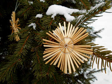 Snowflakes from straw on a Christmas tree №48539