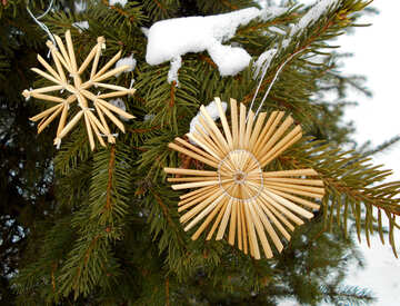 Snowflakes from straw on a Christmas tree №48542