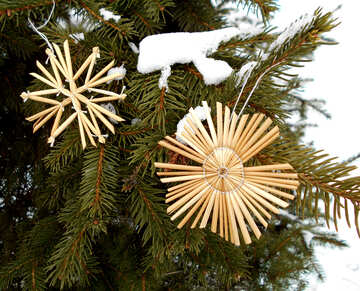 Snowflakes from straw on a Christmas tree №48543