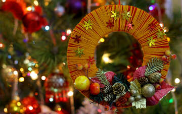 Homemade Christmas wreath on the background of the Christmas tree №48234