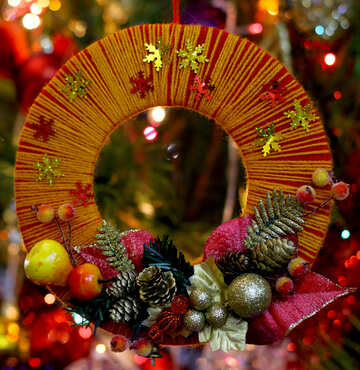 Homemade Christmas wreath on the background of the Christmas tree №48232
