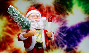 New Year`s card with Santa Claus toy brings Christmas tree at glow red bokeh background . Big Copyspace concept for New Year`s market banner, poster, congratulations. №48167