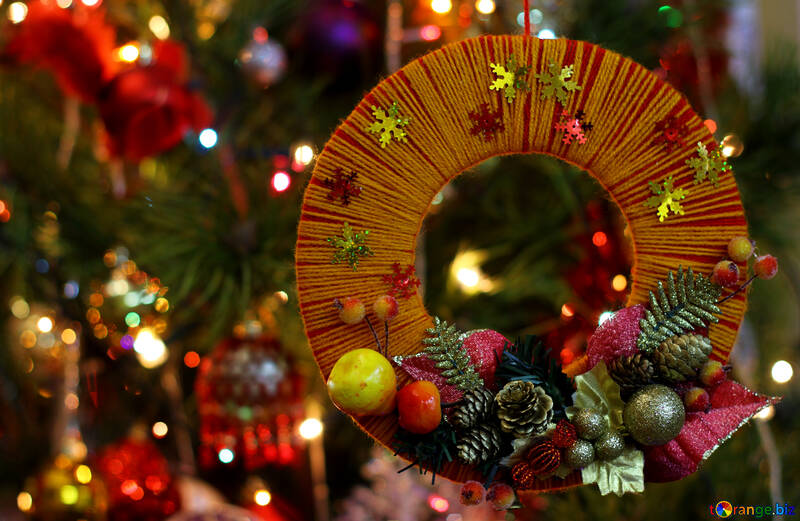 Homemade Christmas wreath on the background of the Christmas tree №48233