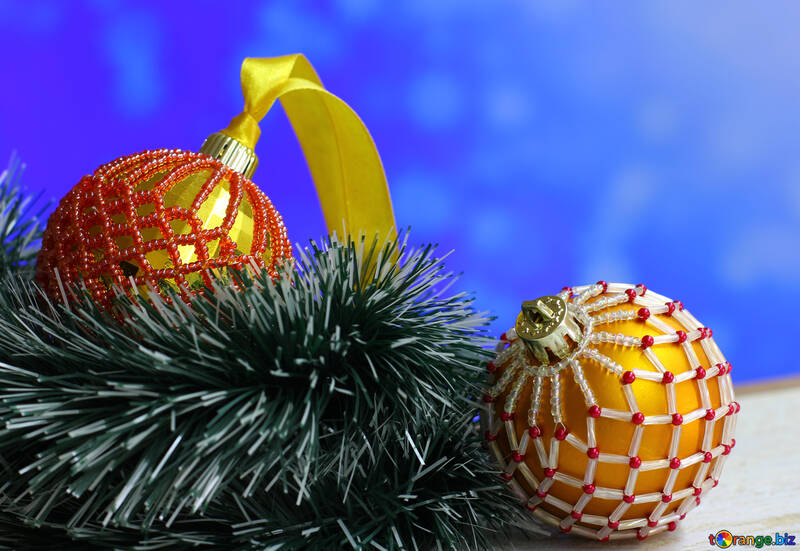 Bolas de Navidad decorados con perlas sobre un fondo borroso №48062