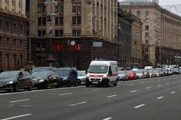 Krankenwagen Auto eilt auf der Straße №49314