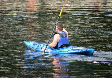 Ein Mann schwimmt in einem Kajak am Fluss entlang №49915