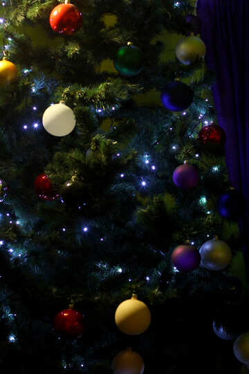 Christmas tree decorated with Christmas toys and a garland №49468