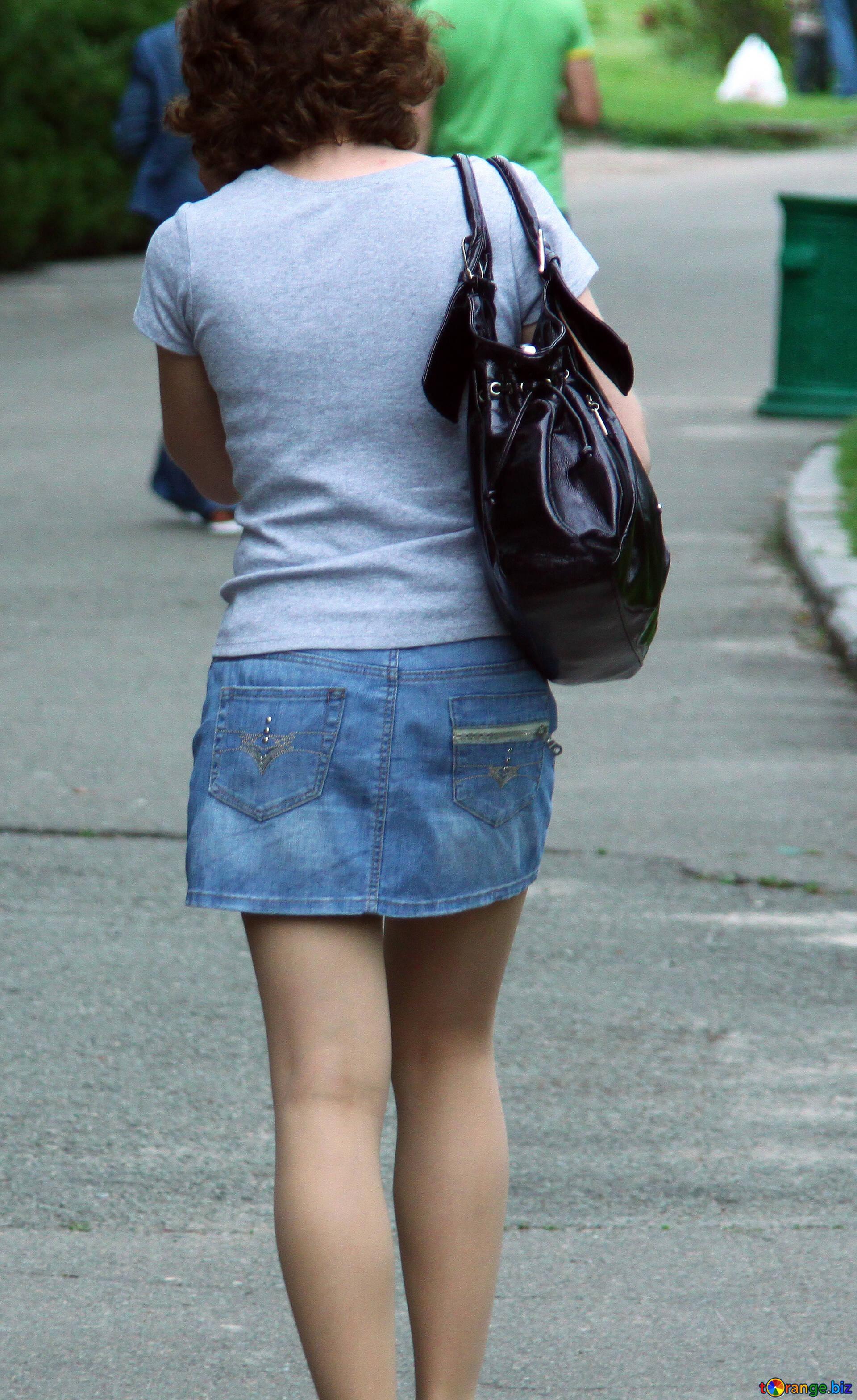 пляжная девушки со спины в юбке нужно еще операции