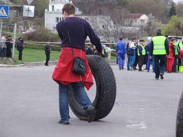 Der Mann rollt das große Rad eines LKW №5140
