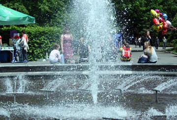 Fuente, gente, verano y calor. №5043