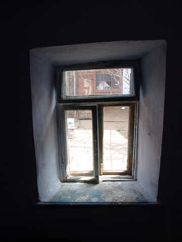 Altes Fenster in einer tiefen Aussparung №5372