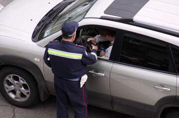 Poliziotto introiti documenti da driver, legge, registro certificato №5227