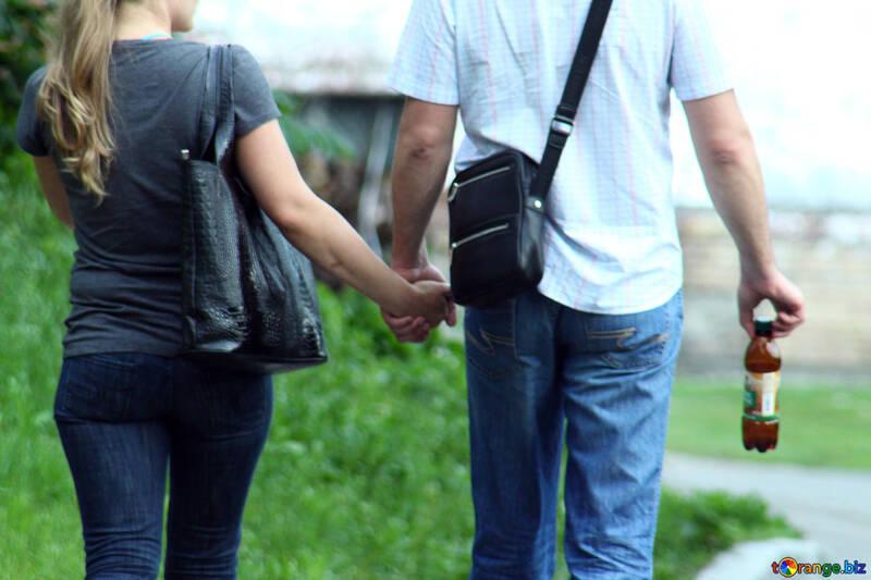 Прогулка. Пара держится за руки. №5137