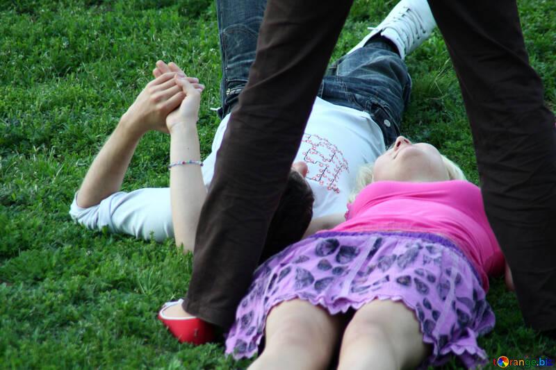 Leute liegen auf dem Gras. №5132