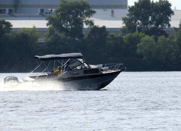 Motorboot und Fluss №50711