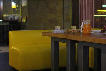 Divano da tavolo e divano giallo №50393