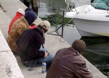 Europäische Jugend ruht auf der Uferpromenade №50018