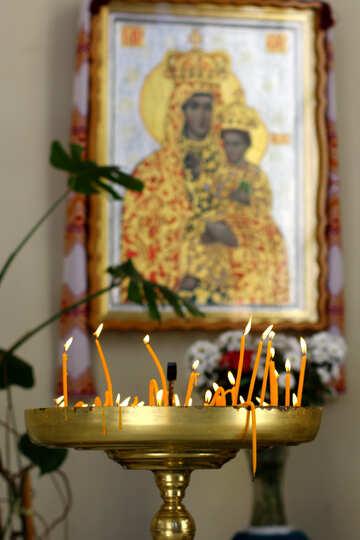 Ein Tisch mit Kerzen und Kunstwerk an der Wand №51685