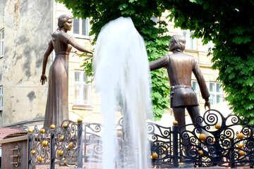 Brunnen mit Statuen, die sich gegenseitig erreichen №51793