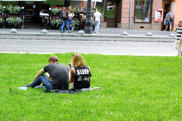 Zwei Kerle auf den Rasenleuten, die auf dem Gras sitzen №51826